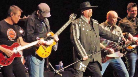 Montgomery Gentry Performs First Concert Without Troy Gentry | Country Music Videos