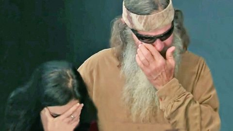 Phil Robertson Breaks Down In Tears During Prayer | Country Music Videos