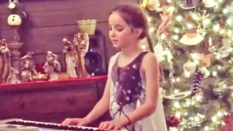 Country Star's Young Daughter Plays Piano & Blissfully Sings 'Jesus Loves Me'   Country Music Videos