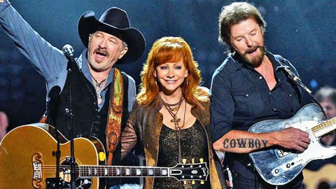 Major Hollywood Star Surprises Reba And Brooks & Dunn After Concert | Country Music Videos