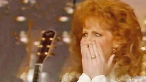FLASHBACK: Reba Breaks Down After Older Sister Surprises Her In An Interview | Country Music Videos