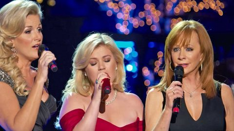 Reba Delivers Heavenly Hymn 'Softly And Tenderly' With Trisha Yearwood & Kelly Clarkson | Country Music Videos