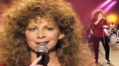 Reba McEntire – Walk On (LIVE) (WATCH) | Country Music Videos