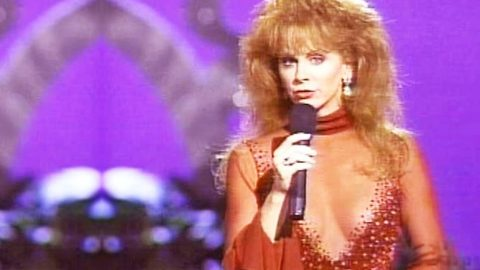 Reba McEntire & Linda Davis Deliver Sensual Duet Of 'Does He Love You' | Country Music Videos