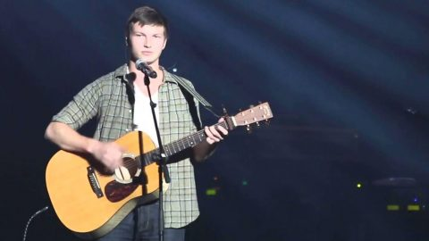 Jase & Missy Robertson's Son Enchants Audience With Inspiring Rendition Of 'Hallelujah' | Country Music Videos