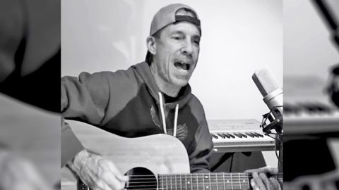 Randy Travis' Brother Ricky Sounds So Much Like Him While Singing Tribute To Late Bandmate | Country Music Videos