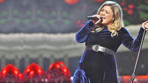 Kelly Clarkson's Performance Of These Two Christmas Classics Will Take Your Breath Away!   Country Music Videos