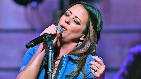 Sara Evans Stops Concert For Epic 'Happy Birthday' Serenade To Son