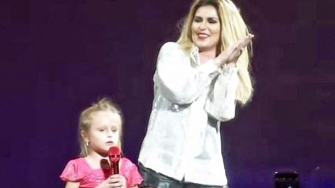 Little Girl Wows Shania Twain With Her Adorable Rendition Of 'Honey I'm Home' | Country Music Videos