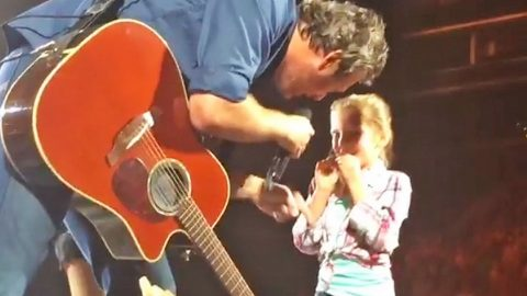 Blake Shelton Brings Awestruck Little Girl On Stage And Her Reaction Is A Must See | Country Music Videos