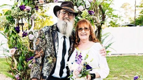 Uncle Si Surprises Wife Of 45 Years With HUGE Romantic Gesture | Country Music Videos