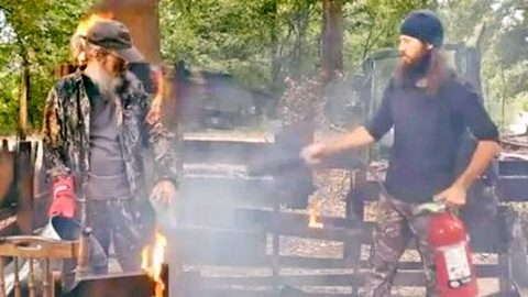 Uncle Si & Jase Robertson Share Hilarious Safety Tips For Deep Frying A Turkey | Country Music Videos