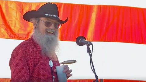 Uncle Si Retires From Duck Commander In Final Episode of 'Duck Dynasty' | Country Music Videos