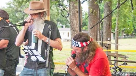 Uncle Si & Willie Robertson Duet To Willie Nelson's 'Seven Spanish Angels' | Country Music Videos