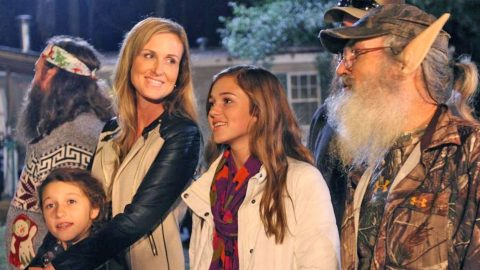 'Duck Dynasty' Family Sings Touching Rendition of 'Silent Night' | Country Music Videos