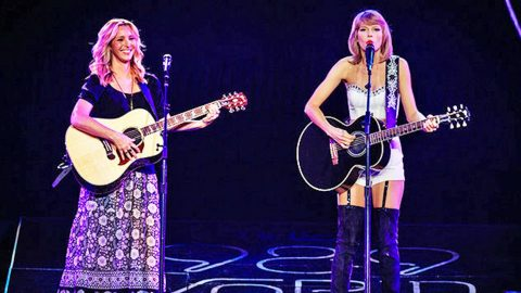 """Taylor Swift Joins Lisa Kudrow For An Unforgettable Performance of """"Smelly Cat"""" 