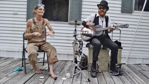 Barefoot, Overall-Wearing 'Spoon Lady' Sits Down, Greases Her Spoons, & The Rest Is Pure Magic | Country Music Videos