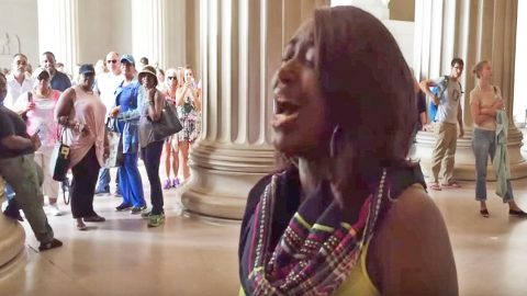 Talented Woman Goes Viral With Impromptu National Anthem At Lincoln Memorial | Country Music Videos