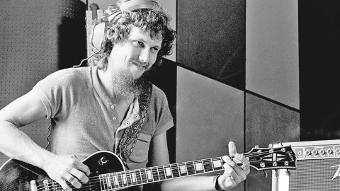 Steve Gaines Takes The Lead On 'That Smell' In Unearthed Audio From 1977 Sound Check | Country Music Videos