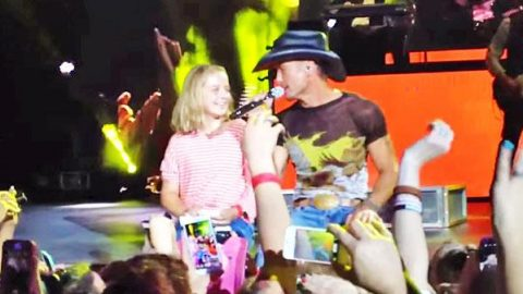 "Tim McGraw – Pulls Fan Onstage To ""Just To See You Smile"" (VIDEO) 