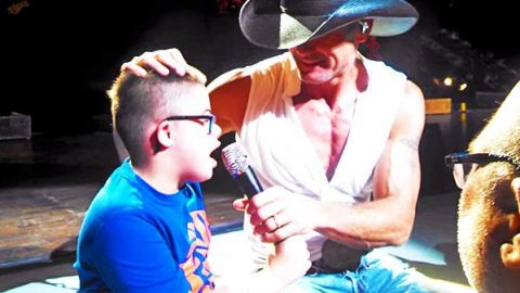 Tim McGraw – Sings with His Number One Fan (Heartwarming) (VIDEO) | Country Music Videos