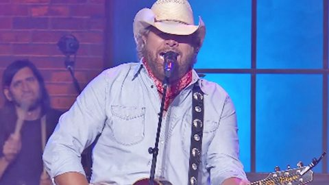 Toby Keith Honors Jerry Lee Lewis With Bluesy Version Of One Of His Biggest Hits | Country Music Videos