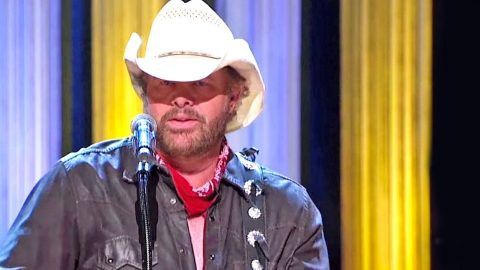 Toby Keith Shares His Respect For Merle Haggard & Performs Medley Of His Iconic Hits | Country Music Videos
