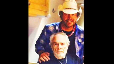 Toby Keith Opens Up About Helping Merle Haggard Through One Of His Final Shows | Country Music Videos