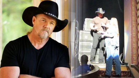 Funny Autograph Mistake With Trace Adkins and Fan (VIDEO) | Country Music Videos