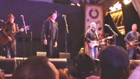 Trace Adkins and Exile – Kiss You All Over (LIVE Las Vegas) (VIDEO) | Country Music Videos