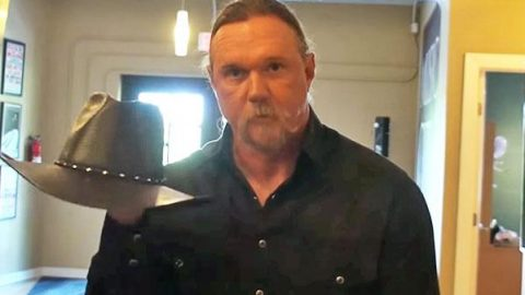 Trace Adkins Teaches You How To Fold His Cowboy Hat (WATCH) | Country Music Videos