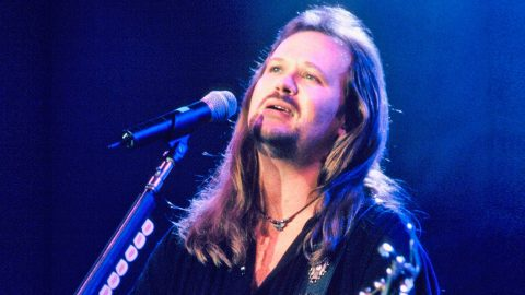 Travis Tritt Brings The Audience To Their Feet With Uplifting 'Great Day To Be Alive' | Country Music Videos