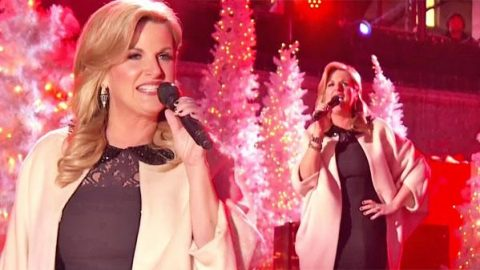 Trisha Yearwood – Santa Claus Is Back In Town   Country Music Videos