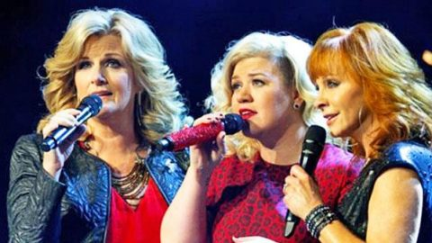 "Reba McEntire, Trisha Yearwood, and Kelly Clarkson Amaze With ""Silent Night"" Performance 