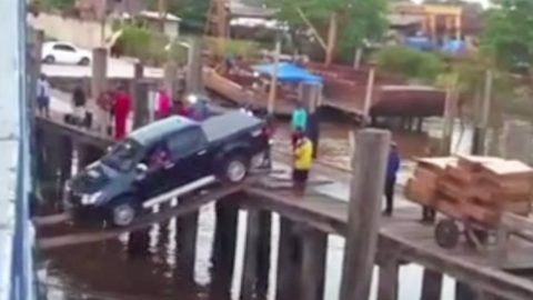 The Way These Guys Drove This Truck Onto A Ship Will Make You Scream | Country Music Videos