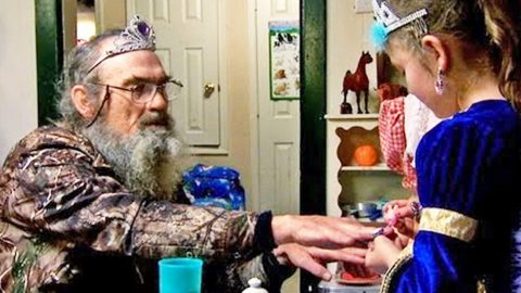 You'll Never Believe What Happens At Uncle Si's Tea Party! | Country Music Videos