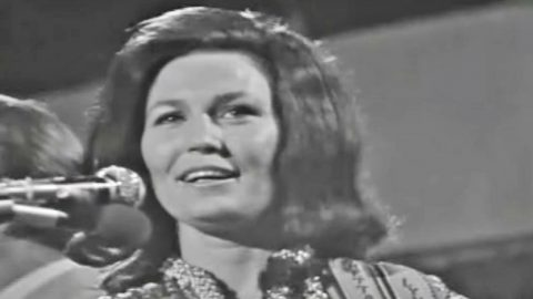 Before Loretta Lynn Joined Conway Twitty As A Duo, She Dazzled On Stage In Rare Footage | Country Music Videos