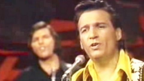 Waylon Jennings Dresses Up 'Me And Bobby McGee' With Rich Vocals & Rockin' Guitars | Country Music Videos