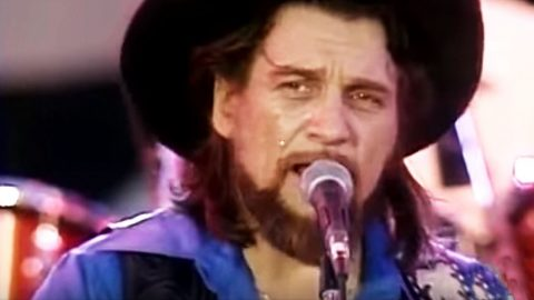 Waylon Jennings Shatters Crowd With Heartbreaking 'Amanda' Performance | Country Music Videos