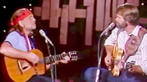Willie Nelson & Glen Campbell Revive Classic 'Mammas' Duet For Crowd-Pleasing Performance | Country Music Videos