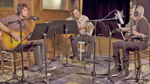 """Willie Nelson & Sons Revive Hank Williams' """"Move It On Over"""" 