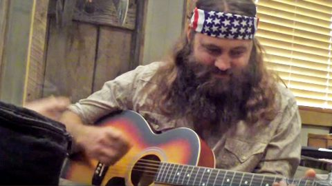 Willie Robertson Learns How To Play The Guitar, And He's A Pro! | Country Music Videos