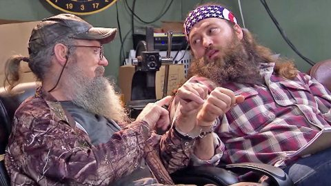 Uncle Si Handcuffs Himself To Willie Robertson, Then Loses The Key | Country Music Videos