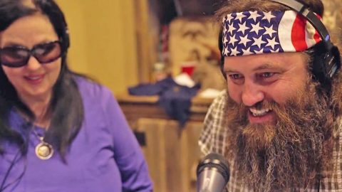 Willie Robertson Shocks Unsuspecting Restaurant-Goers With Hilarious Prank | Country Music Videos