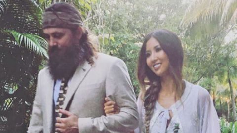 Willie Robertson Tearfully Walks Daughter Rebecca Down The Aisle In Bohemian Wedding | Country Music Videos