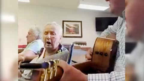 Pastor Helps Sweet Old Lady Sing Favorite Hymn In Touching Video | Country Music Videos