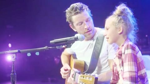 Brett Eldredge Unexpectedly Brings Little Girl On Stage For Magical Duet | Country Music Videos