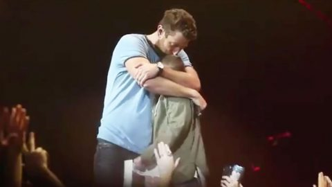 Young Girl Holds Up Unforgettable Sign – Brett Eldredge Reacts Perfectly | Country Music Videos