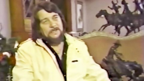 Waylon Jennings Offers Personal Tour Of His Cozy Southern Estate | Country Music Videos