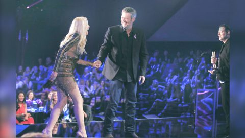 Blake Stops Ceremony To Bring Gwen On Stage & Profess True Love | Country Music Videos